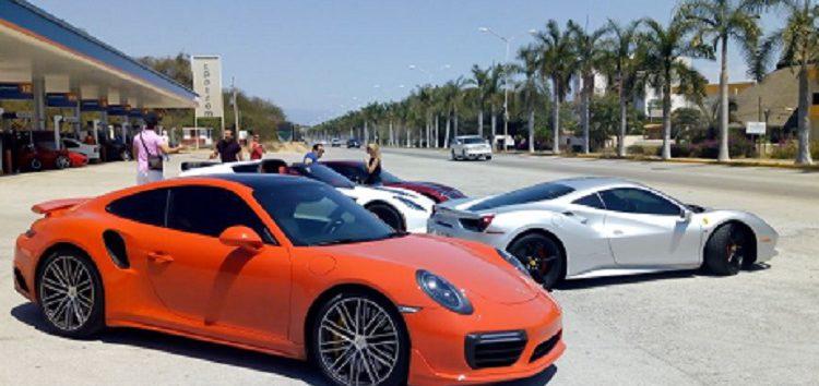 En gasolinera KPetrom de Bahía de Banderas exhibición de  autos Ferrari