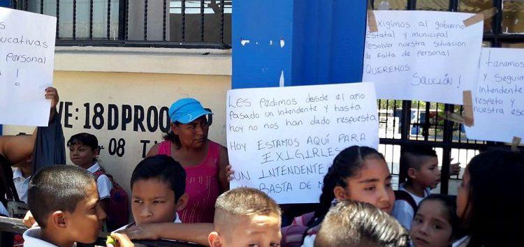 Paran labores en primaria de Valle de Banderas; exigen personal de intendencia