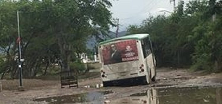 Camioneta y urbano caen en enorme hoyo de calle Atemajac