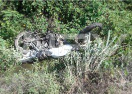 Motociclista se destrozó la pierna tras estrellarse contra un Torton