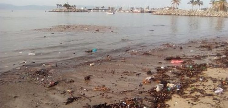 Suciedad en playa a un costado del puerto en La Cruz de Huanacaxtle