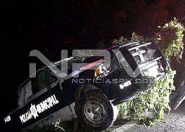 Vuelca patrulla de la Policía cerca de Las Lomas