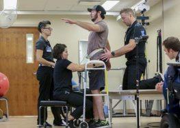 Logran que un parapléjico camine con el implante de un electrodo