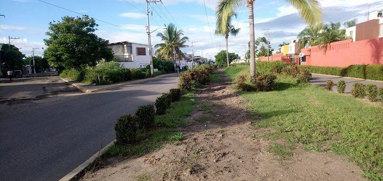 Ante la inoperancia vecinos de Rincón del Cielo piden al OROMAPAS repare camellón y vialidad