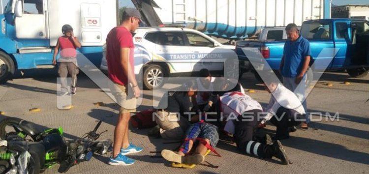 Choca motociclista contra camioneta en San Vicente