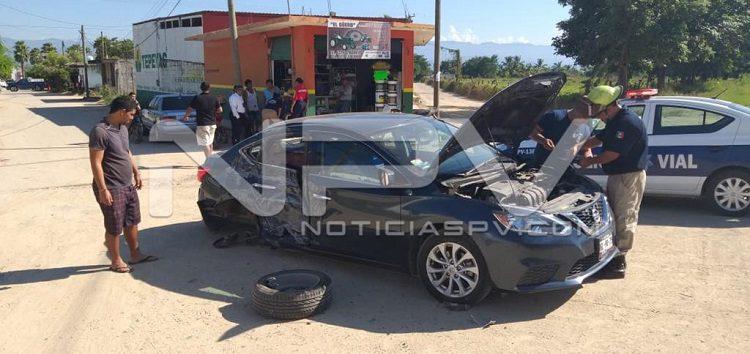 Chocan camión contra auto en San Juan de Abajo