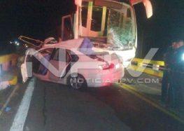 Choque entre auto y camión de Vallarta Plus deja dos muertos