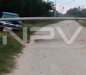 Camioneta se estrella y tumba poste de CFE cerca del Caimán